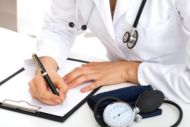 Médico recetando a posible paciente