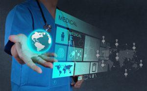 Médico trabajando con pantalla virtual